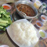 Món cá bông kho cuốn bánh tráng và rau sống của bữa trưa